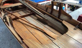 Ruderboot aus Holz voll